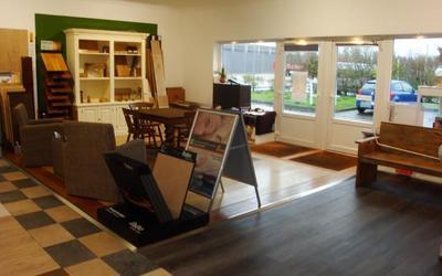 Ausstellungsbereich mit verschiedenen Bodenbelägen